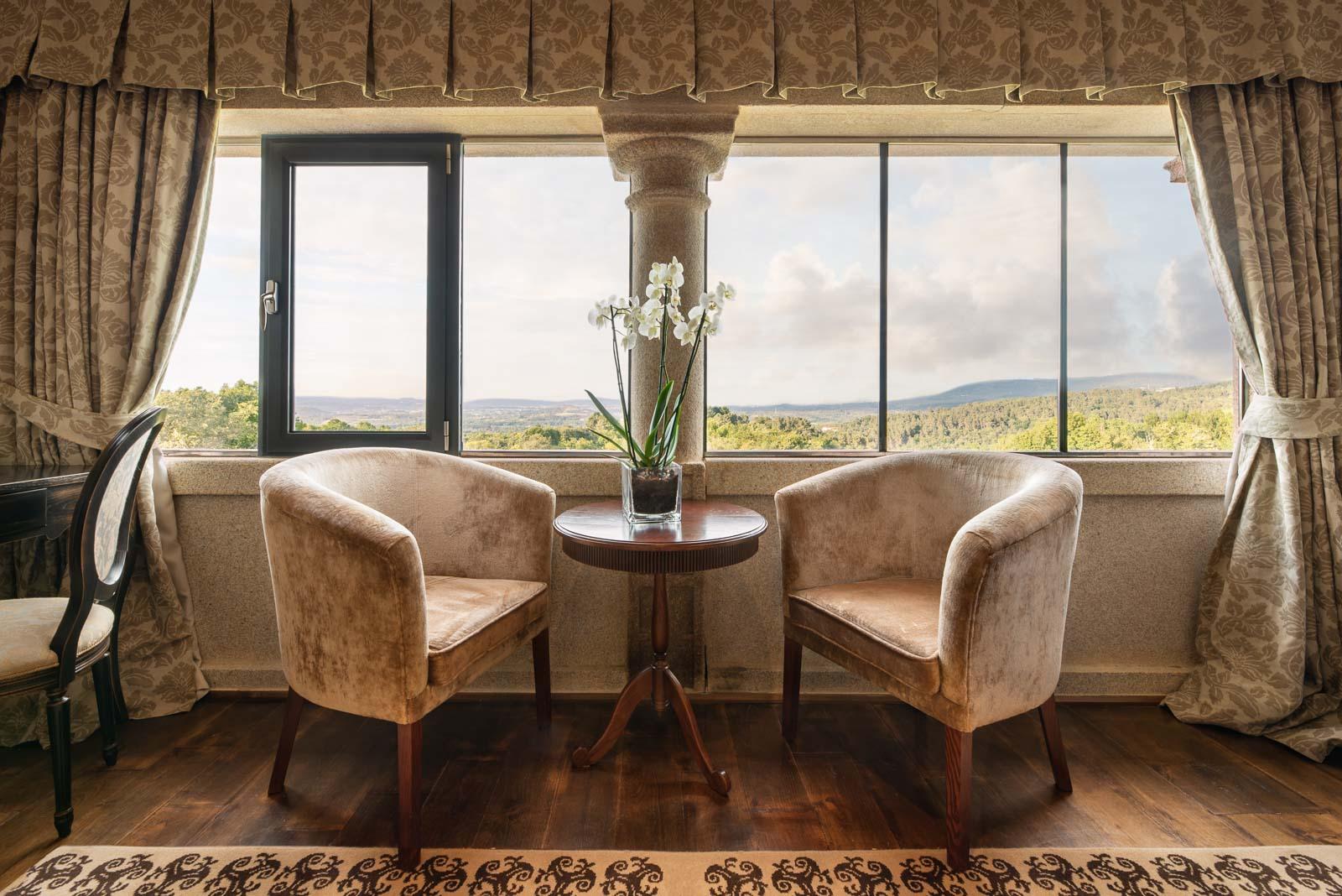 sillones junto a ventana