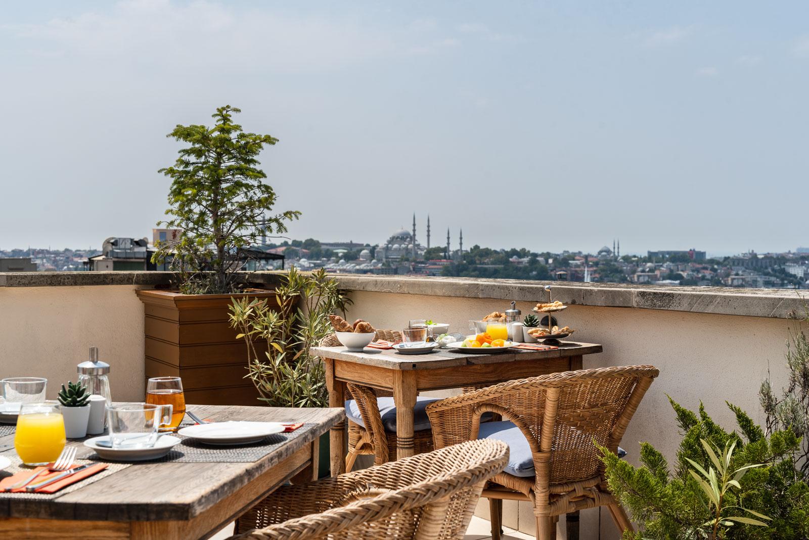 desayuno en terraza de hotel